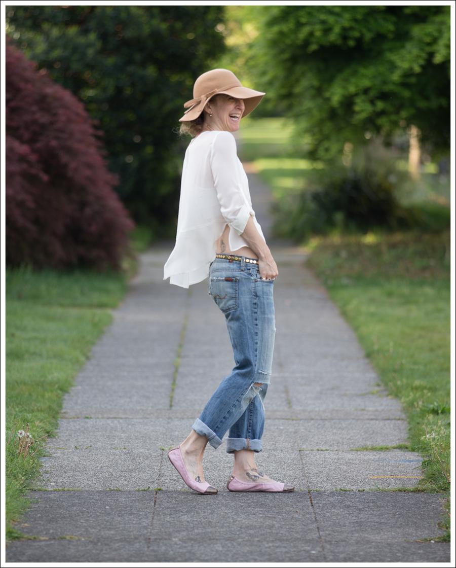 Blog Vintage Felt Hat Chelsea Flower Silk Top 7FAM Destroyed Jeans Pink Nene Emma Flats-3