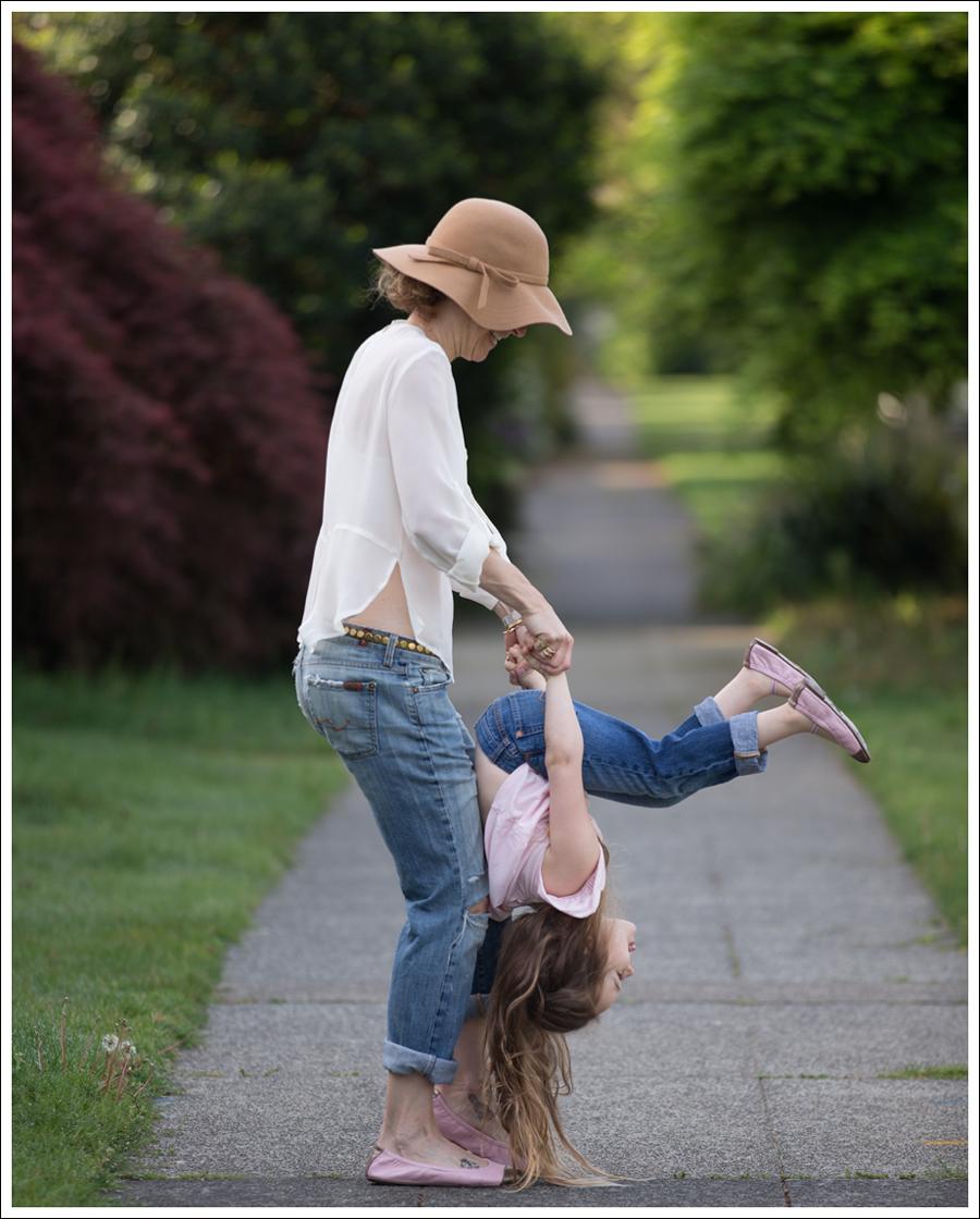 Blog Vintage Felt Hat Chelsea Flower Silk Top 7FAM Destroyed Jeans Pink Nene Emma Flats-7